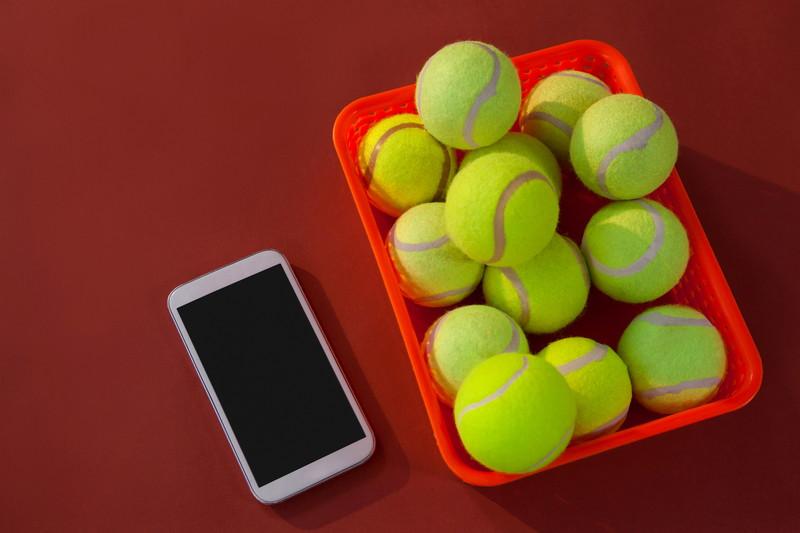 テニスボールとスマホ